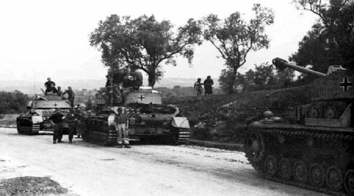 Panzer IVs move up to the Anzio front