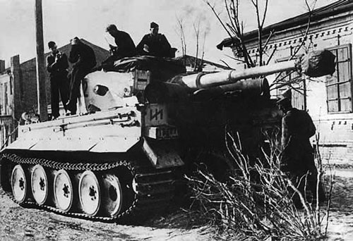 Das Reich Tiger stops for a moment in a Ukrainian village