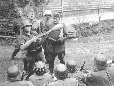 Hungarian infantry learn about the Panzerfaust