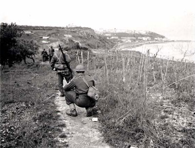 Canadian troops advance on Ortona