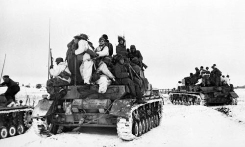 Panzer IV H tanks with tank riders