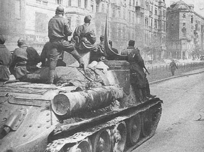 Infantry riding on a SU-85