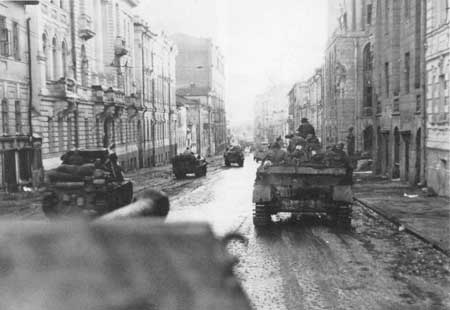 Troops advance along the wide streets of central Kharkov (Sumy Street)