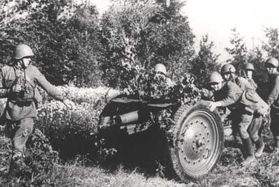 Red Army gunners man-handle a 76.2mm Obr. 1927 infantry gun into position