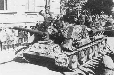 A SU-85 battery liberating Soviet citizens from foreign oppression