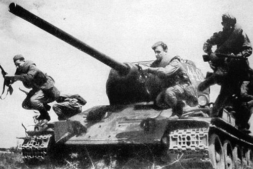 A propaganda shot showing infantry dismounting from a T-34/85 - Credits: Flames of War
