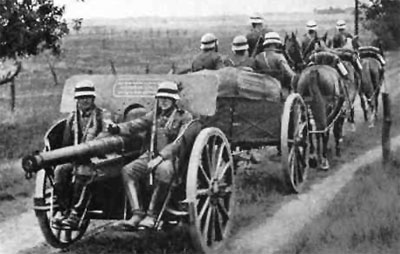 An old leFH16 10.cm Howitzer being pulled by a 6-horse team