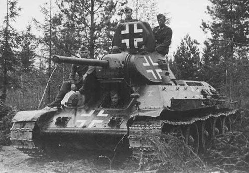 Beutepanzer T-34 mod 1941/42 with its crew.