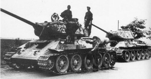 T-34/85 using a flag that's tied down on a single turret hatch.