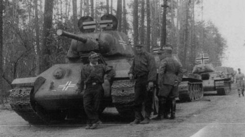 T-34 mod 1941/42 using a German Cross on the two hatches of the turret, and on the front panel of the tank.